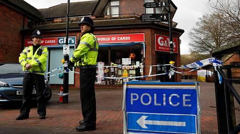 Poliisit vartioivat sunnuntaina Salisburyssa aluetta, jossa venäläinen kaksoisagentti ja hänen tyttärensä saivat myrkytysoireita.