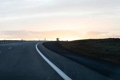 Islanti on erittäin harvaan asuttu maa, mikä hidastaa viruksen leviämistä. Saaren ympäri kiertää rantoja myöten Islannin ainoa valtatie, yli 1300 kilometriä pitkä valtatie 1.