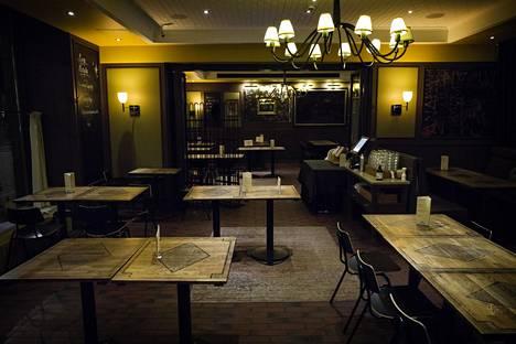 Manala sulki koronaepidemian alettua osan ravintolan pöydistä kokonaan.