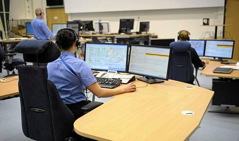 Hätäkeskuspäivystäjiä työssään Keravan hätäkeskuksessaviime vuoden marraskuussa.