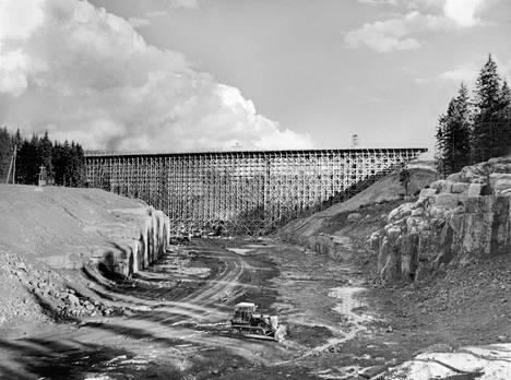 """Saimaan Kanavan rakennustyömaa, Nuijamaan silta (Nuijamaa 1966). """"Toisen maailmansodan jälkeen osa Saimaan kanavasta jäi Neuvostoliiton puolelle, ja itäisen Suomen meriyhteys tukkeutui. Kun Suomen valtio sai vuokrattua kanavan 1960-luvun alussa, sitä ruvettiin nopeasti korjaamaan ja uudistamaan. Tunnettu teollisuuskuvaaja Rafael Roos valokuvasi uuden kanavan rakentamista Nuijamaalla."""""""