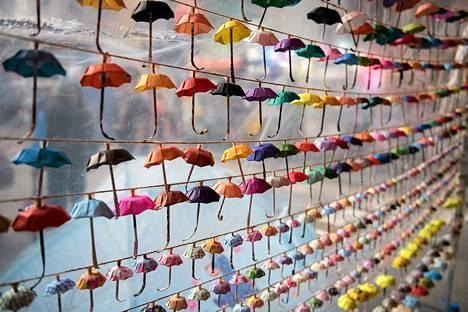 Demokratian puolesta Hongkongissa järjestettyjen mielenosoitusten vertauskuvaksi on Causeway Bayn protestialueelle kiinnitetty esille paperisia minisateenvarjoja. Kolmelta protestiliikkeen johtajalta evättiin lauantaina pääsy Pekingin-lennolle. Penkingissä he olisivat halunneet ojentaa vaatimuksensa vapaista vaaleista suoraan kiinalaisille viranomaisille.