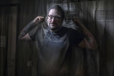"""""""En ole sellainen juro taiteilija, joka nököttää ja mutisee nurkassa. Pystyn kertomaan stoorin ja saamaan jengin messiin"""", elokuvaohjaaja Timo Vuorensola sanoo."""