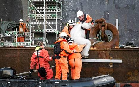Greenpeacen aktivistit nousivat ExxonMobilin öljynporauslautalle Norjassa maanantaina.