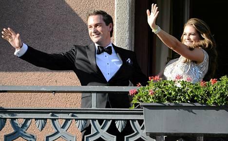 Christopher O'Neill ja prinsessa Madeleine tervehtivät tukholmalaisia ennen osallistumistaan heille järjästetyille juhlaillallisille.