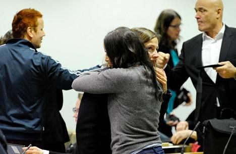 Vihreiden Tuuli Kousa ja Jasmin Hamid halasivat äänestyksen jälkeen. Molemmat kannattivat Guggenheimia.