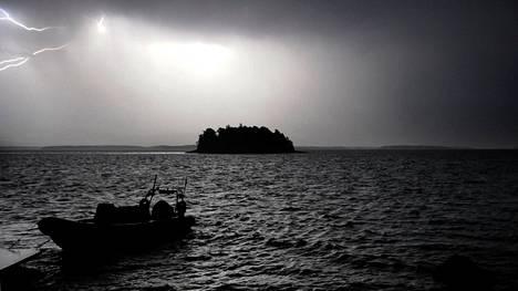 Pääkaupunkiseutua riepotellut myrsky jatkui kello 22:n jälkeen lauantai-iltana. Kuva Sipoon saaristosta, kun etelän suunnalta noussut rajuilman toinen aalto nousi pääkaupunkiseudun ylle.