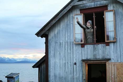 Monella norjalaisella on mökki tai kakkoskoti syrjäisessä paikassa, mikä on saanut Norjan terveysviranomaiset huolestumaan hoidon saatavuudesta. Tanssija Maya Mi Samuelsen kunnostaa itselleen kotia Karlsøyn saarella Tromssan pohjoispuolella.