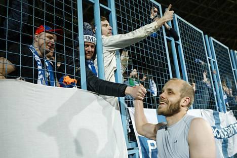 Teemu Pukki tervehti faneja maaliskuussa 2019 Armeniaa vastaan pelatun EM-karsintaottelun jälkeen.