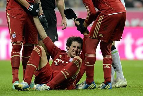 Joukkuetoverit auttoivat Bayern Münchenin Javi Martínezia nousemaan kentän pinnasta, kun tämä oli loukkaantunut ottelussa perjantai-iltana.