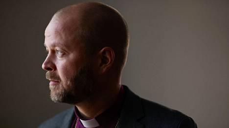 Helsingin piispa Teemu Laajasalo työhuoneessaan Helsingin tuomiokapitulissa.