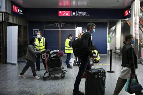 Matkustajia Helsinki-Vantaan lentokentällä 18. syyskuuta.