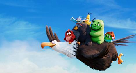 Mahtikotka (Tommi Korpela) lennättää lintuja ja possuja elokuvassa Angry Birds -elokuva 2.