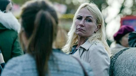 """Sarjan avausjaksossa opetellaan varjostamaan, eikä nyt käytetä """"kurkistusreiät sanomalehdessä""""-kikkaa. Entinen brittitiedustelupalvelun agentti Debbie on yksi kouluttajista."""