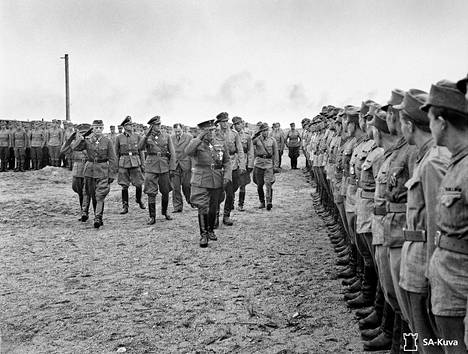 Suomalaisia SS-miehiä suomalaisissa sotilaspuvuissa paraatissa Hangon Tulliniemessä kesällä 1943. Kenraali Malmberg tarkasti pataljoonan.