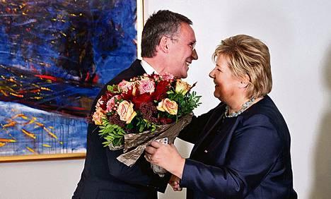 Väistyvä pääministeri Jens Stoltenberg onnitteli seuraajaansa Erna Solbergia keskiviikkona Oslossa.