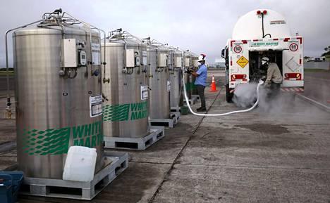 Brasilia on kuljettanut Amazonasin osavaltion pääkaupunkiin lisähappea, koska se on vähissä osavaltion sairaaloissa. Happea siirrettiin Manauksen lentokentällä lentokoneesta rekkoihin.
