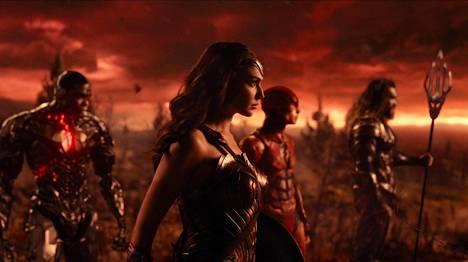 Cyborg (Ray Fisher), Wonder Woman (Gal Gadot), Flash (Ezra Miller) ja Aquaman (Jason Momoa) kuuluvat Justice Leaguen supersankaritiimiin. Batman (Ben Affleck) puuttuu kuvasta.