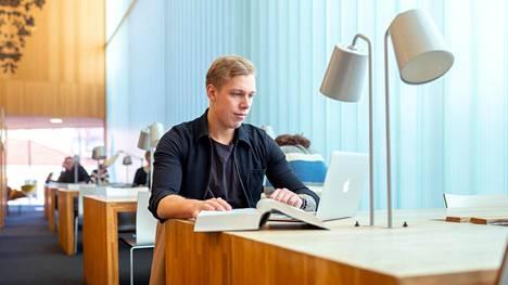 """""""Kertaamisen voi rytmittää monella tavalla, mutta minulle paras tapa oli tehdä se opiskelupäivän päätteeksi"""", Henri Vartiainen sanoo."""