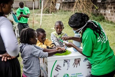 Pandemia ei ole Afrikassa levinnyt vielä yhtä paljon kuin Euroopassa, Aasiassa ja Yhdysvalloissa. Työntekijä opetti kenialaislapsille käsihygieniaa Mbagathin sairaalassa Nairobissa.