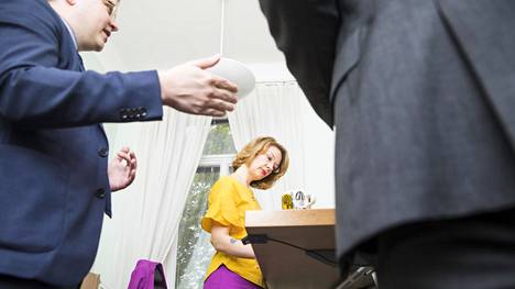 Virkamiehet ohjeistivat ministeriä Euroopan parlamenttia koskevista asioista ministerin työhuoneessa. Erityisavustaja Matti Niemi (vas.) oli myös mukana.