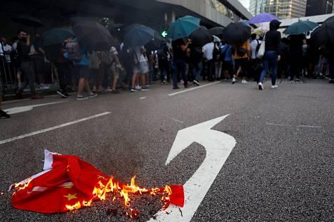 Lokakuussa mielenosoittajat repivät Kiinan lipun alas tangosta ja polttivat sen Hongkongissa.
