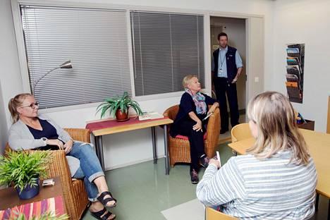 Espoon keskuksen lastensuojelussa työskentelevät johtava sosiaalityöntekijä Riina Mattila (etualalla), sosiaaliohjaajat Elina Apponen ja Pirjo Tikkanen sekä vahtimestari Michael Ekblom keskustelivat kahvihuoneessa.
