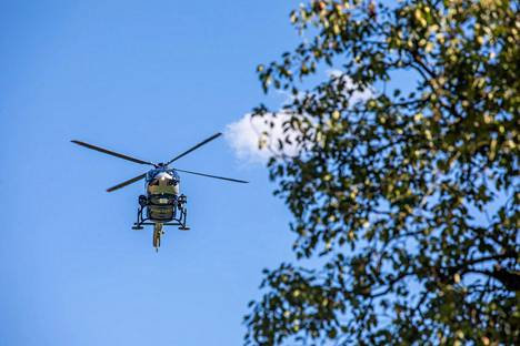 Poliisihelikopteri lähdössä etsintätöihin Oppenaun kylältä.