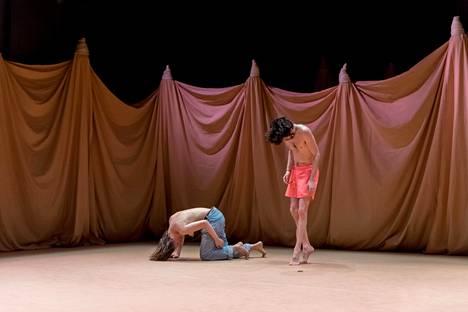 Janina Rajakankaan ja Neil Callaghanin liike on teoksen alussa kiehnäystä, nuolemista ja yleisön herättelyä.