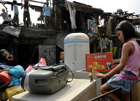 Vain muutaman lelun sai indonesialaistyttö pelastettua purkutöiden alta, kun köyhien asuinalue joutui antamaan tilaa tien levennystöille Manilassa.