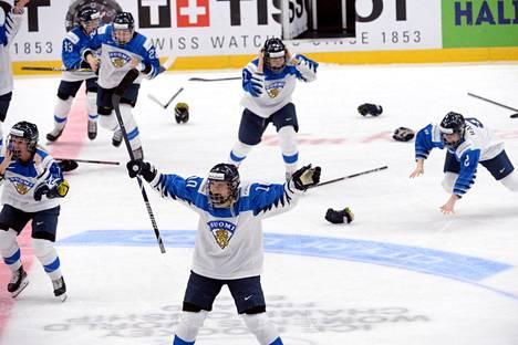 Suomen MM-kultajuhlat ehtivät alkaa Linda Välimäen (edessä) johdolla ja kestää muutamia minuutteja.