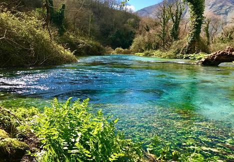 Sarandan lähellä sijaitsevassa kansallispuistossa voi nähdä syvän turkoosia makeaa vettä.