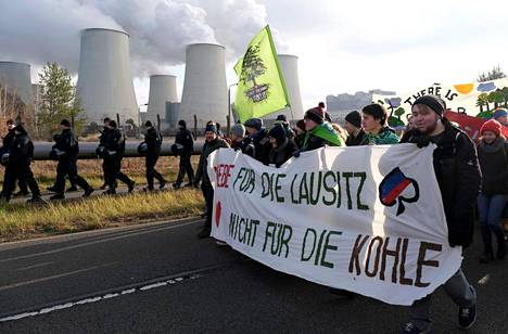 Ilmastoaktivistit marssivat viime marraskuussa Jänschwalden lähellä Saksassa.