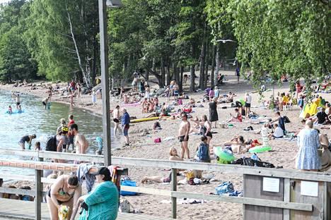 Kun sää on lämmin, ihmisiä kokoontuu paljon uimarannoille. Kuva on Munkkiniemen uimarannasta kesäkuulta.