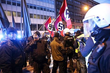 Poliisi takavarikoi hakaristilippuja uusnatsien Kohti vapautta -marssin osallistujilta Helsingissä itsenäisyyspäivänä 2018.