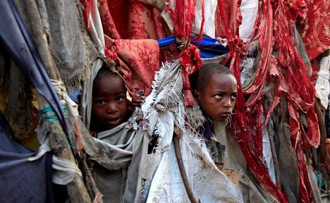 Kaksi lasta kurkisti ulos teltasta pakolaisleirillä lähellä Somalian pääkaupunkia Mogadishua elokuussa.