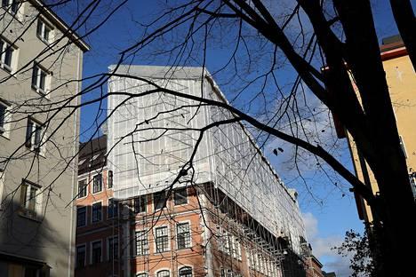 Helsingin Punavuoressa taloon asennetaan uutta kuparikattoa. Työmaa on peitetty Telinekympin sääsuojalla.