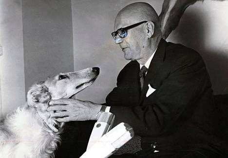 Presidentti Kekkonen sai venäjänvinttikoira Ludmilan lahjaksi Neuvostoliitosta. Kekkonen tunnettiin häikäilemättömästä vallanhimosta.