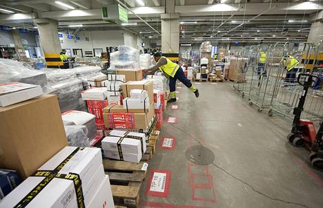 Maahanmuuttaja työpaikallaan Anttilan varastolla Keravalla helmikuussa 2012.