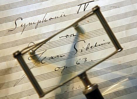 Jean Sibeliuksen neljännen sinfonian käsikirjoitusta. Tämä sivu on turvassa Kansalliskirjastossa ja kopio siitä on rekvisiittana Ainolan työhuoneen pöydällä. Nyt 1200 sivua Sibeliuksen käsikirjoitusaineistoa on myynnissä.