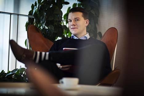 """Mikkel Näkkäläjärvi kannustaa Sdp:tä ajattelemaan isosti. """"Uudenlaista yhteiskunta-analyysia kaipaan, ja keinojen päivittämistä. Me olemme rakastuneita olemassa oleviin rakenteisiin."""""""