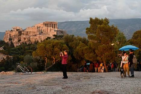 Kreikka on avannut rajojaan tietyistä maista tuleville turisteille, ja Ateenan-lähetystön tietojen mukaan testi- ja karanteenivaatimuksista luovutaan kesäkuun puolessavälissä. Ateenassa ihailtiin nähtävyyksiä 29. toukokuuta.