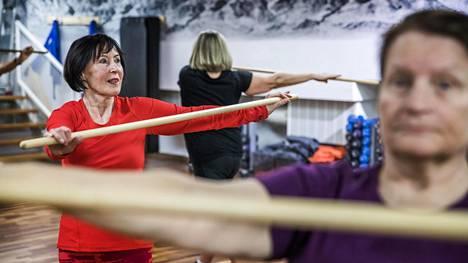 """74-vuotias Marja-Liisa Ylikarjula (vas.), 68-vuotias Ritva Leppänen ja 75-vuotias Nina Mäki-Petäys pitävät itsestään huolta. He käyvät Kampin kuntokeskus Fressissä useamman kerran viikossa. """"On pakko liikkua, jotta jaksaa"""", Mäki-Petäys sanoo. Ennen trainer work shopia he olivat pilatestunnilla."""