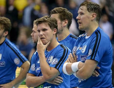 Mika Kohonen (oik.), Jani Kukkola ja muut Suomen pelaajat joutuivat seuraamaan Ruotsin juhlia MM-finaalin jälkeen.