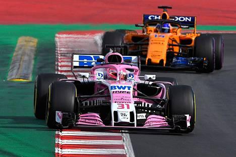 Sahara Force Indian Esteban Ocon ja McLarenin Fernando Alonso ajoivat Barcelonan testeissä maaliskuussa.