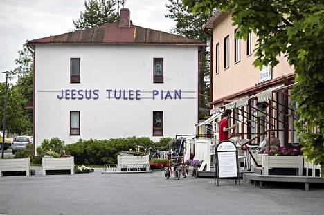 Jeesus tulee pian -teksti keskellä kuntaa on helluntaiaktiivi Reino Savolan itse vanerista vannesahalla valmistama.