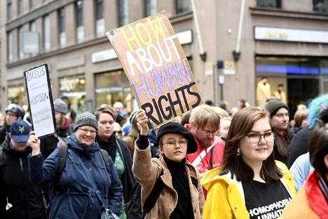 Mielenilmaus muunsukupuolisten oikeuksien puolesta kokoontui Helsingin Senaatintorilla syyskuun lopussa. Mielenosoituksella vastustettiin transpoliklinikan päätöstä evätä hormoni- ja leikkaushoitoja muunsukupuolisilta.
