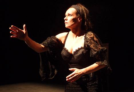 Kirsi Poutanen Espoon Kaupunginteatterin esityksessä Severa.