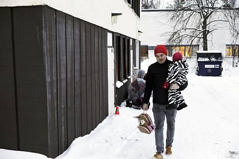 Kaksivuotias Sanni Sieppi lähtee tällä viikolla viimeisiä kertoja Ankkalammen päiväkodista Helsingin Lauttasaaressa. Isä Harri Sieppi kertoo, että määräys tilojen sulkemisesta oli šokki. Aikaa korvaaviin järjestelyihin oli noin puolitoista viikkoa.