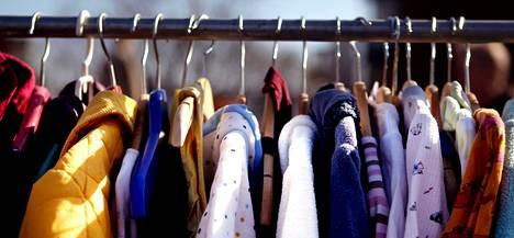 Vaatteet ovat pihakirpputorien tavallista tarjontaa.
